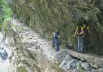 hoog langs de rotswand, maar het pad is nog redelijk breed in deel III