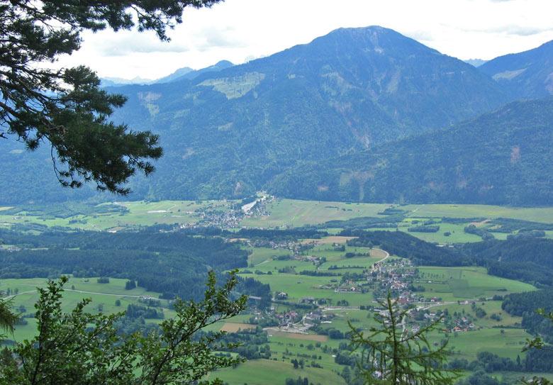 Hier staan we boven een steile rotswand met uitzicht over het Gailtal