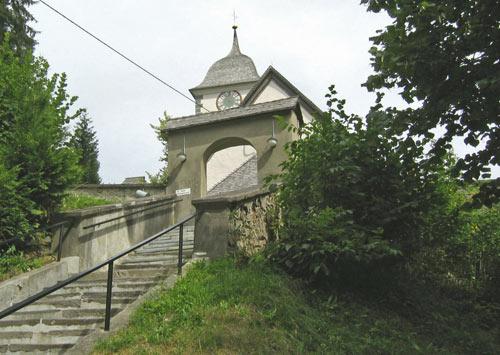 de kerk boven Emmersdorf is nog net zichtbaar. We gaan er links om heen