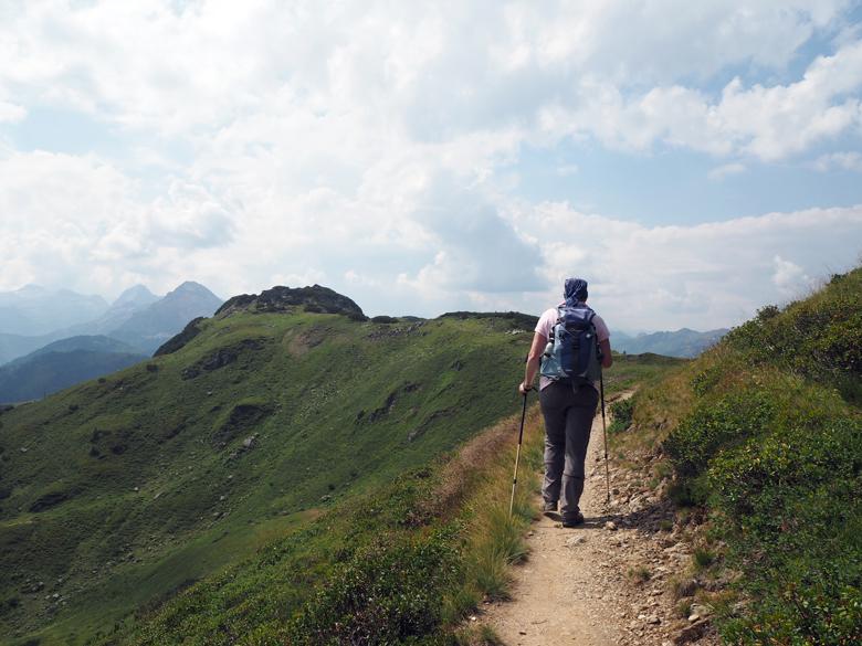 een heerlijk eenvoudig wandelpad tussen de topjes