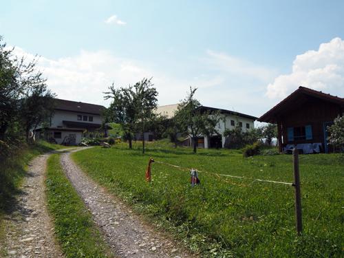 tussen de gebouwen van de boerderij door