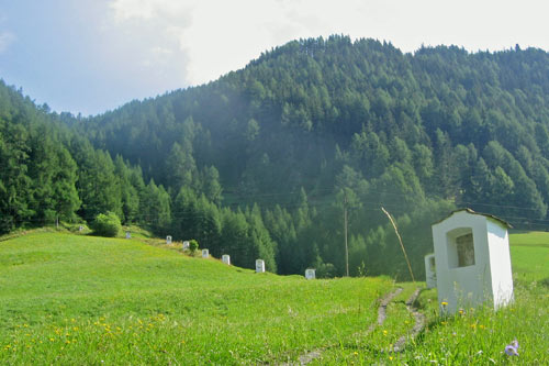 Het pad komt uit bij een grote kapel in het bos.