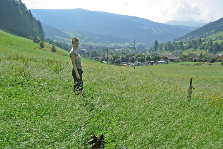 Heerlijk door het lange gras en tussen de vele bloemen