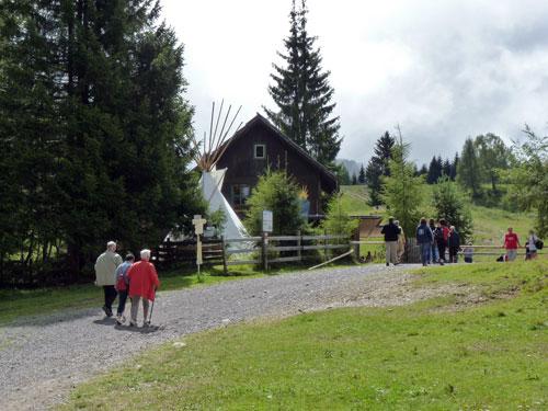 de meeste wandelaars buigen bij de Naggler Alm af naar het terras of de speeltuin