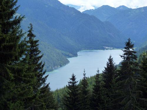 de andere zijde van de kilometers lange Weissensee