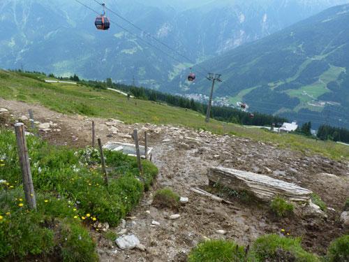 terug via het bergpaadje naar de top is een pittige klim