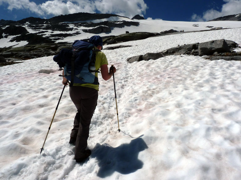 in de sneeuw omhoog lopen gaat zwaar