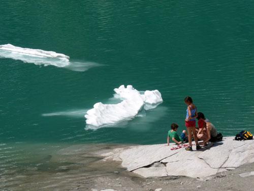 zonnebaden naast de ijsschotsen