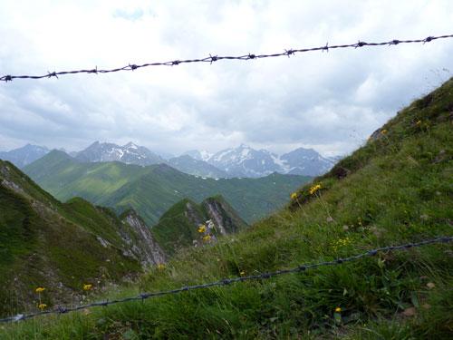 het uitzicht vanaf het pad over de bergrug