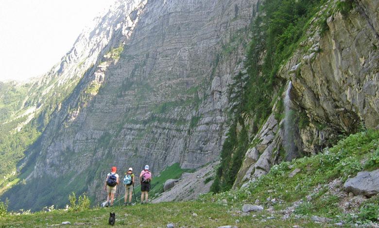 een reusachtige rotswand op de terugweg met rechts een waterval