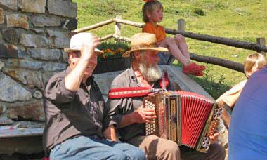 Accordeonmuziek en zang op de Alm