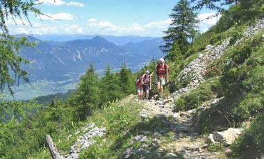 Een stenig pad langs de rand met enorm uitzicht
