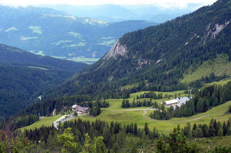 Links Gasthof Alpenhof, rechts de Watschiger Alm