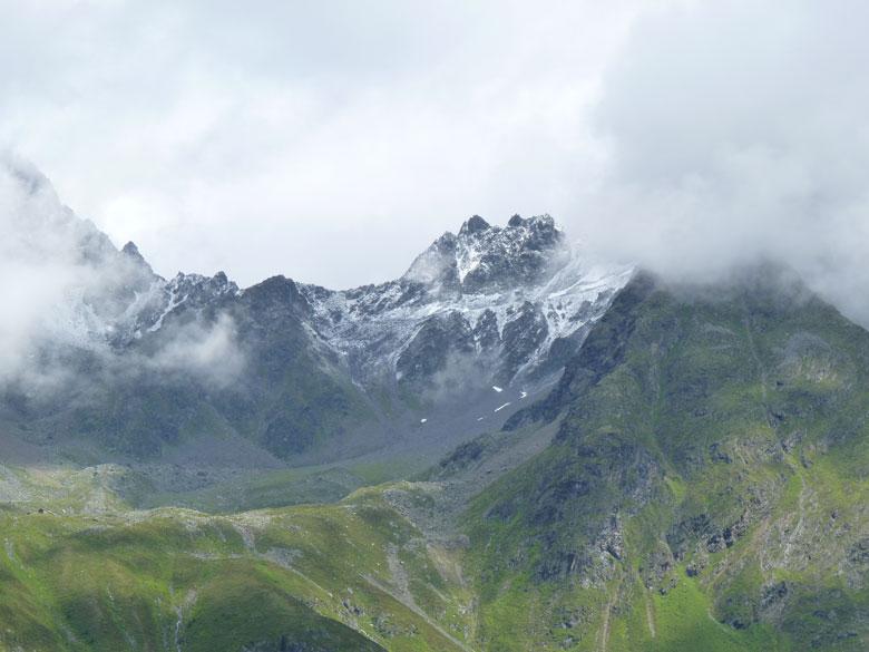De bergkam aan de overzijde van het Pitztal