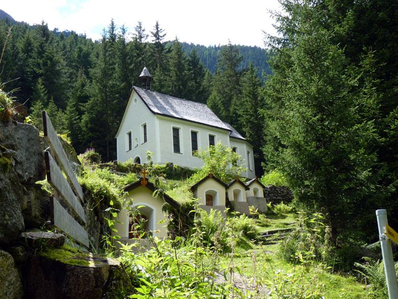 kerk met kapelletjes op de terugweg