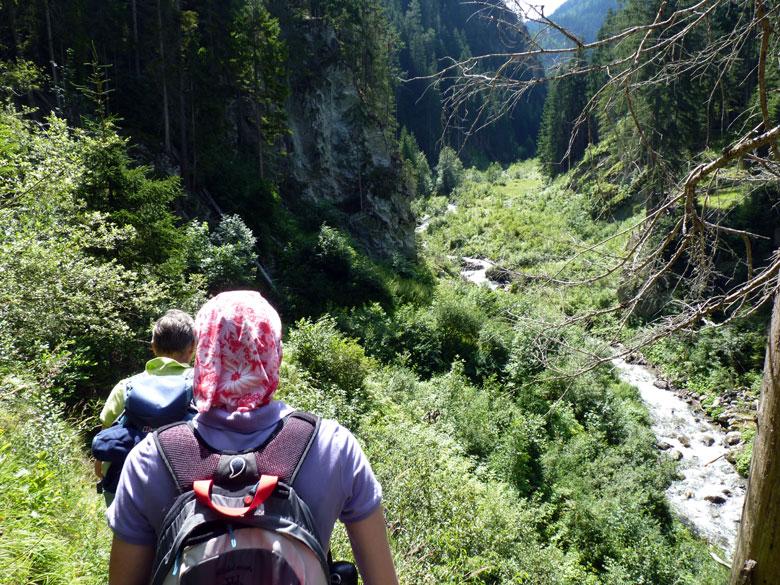 steile verticale wanden in het bredere deel van de kloof