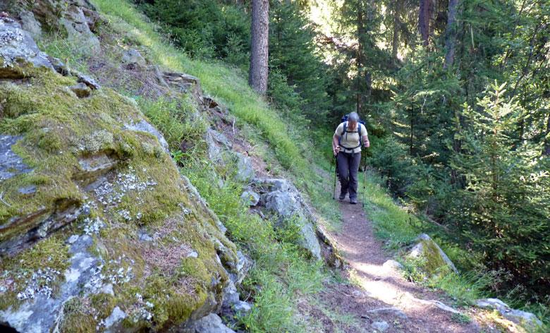 langs de steile berghelling omhoog