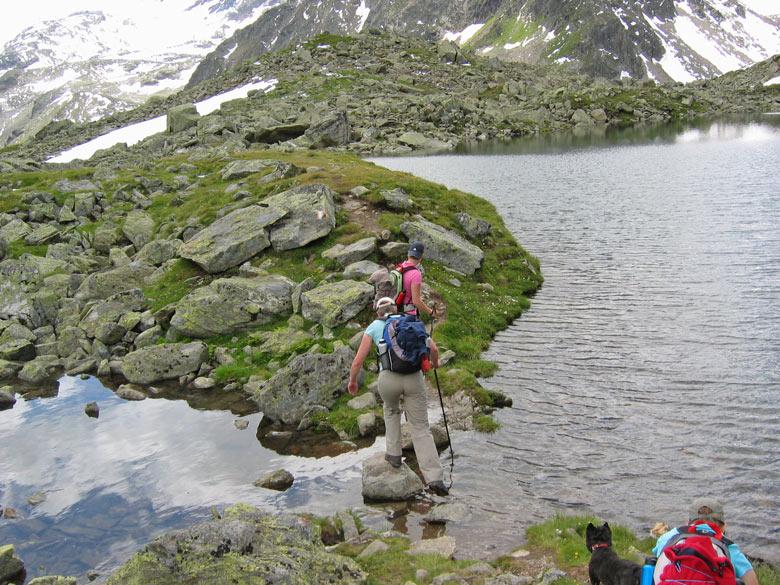 op 2483m hoogte hebben we een langere pauze aan de rand van het meer met een enorm mooi uitzicht