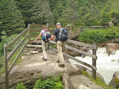 op de brug worden we nat van het nevelwater