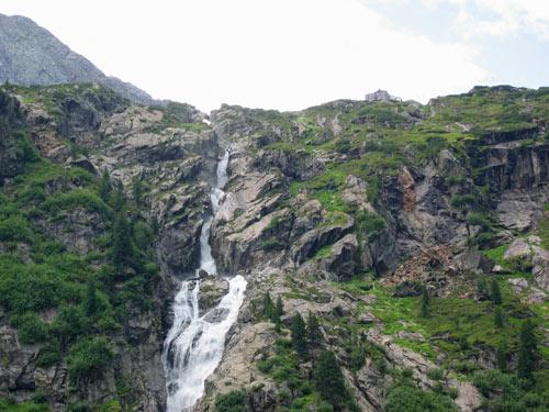 rechts van de waterval staat bovenop de Sulzenauhütte