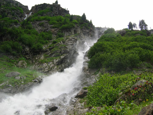 we komen vlak langs de waterval