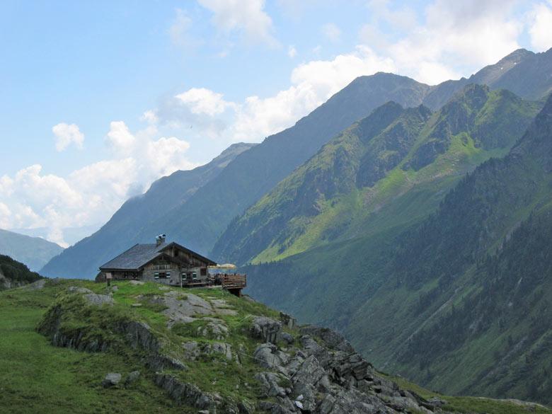 de Alpeiner Alm boven een rotswand