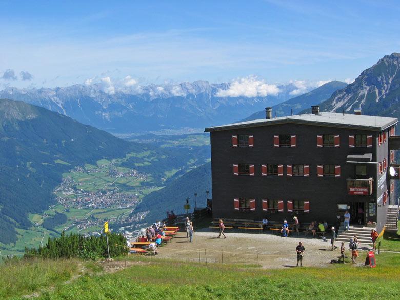 de Elferhütte met een ruim terras en schitterend uitzicht
