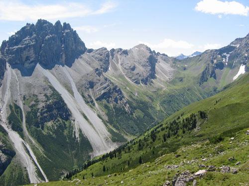 schitterende rotsformaties omzomen het Pinnistal