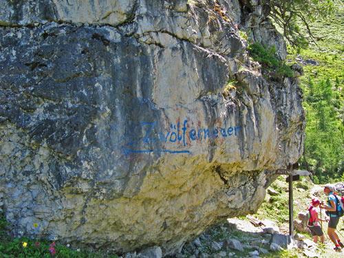 bij een grote rotswand weer een splitsing
