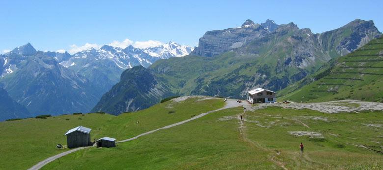 en dan ligt de Blaserhütte voor ons op een groen plateau