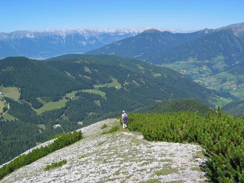 daarna over een brede bergrug verder