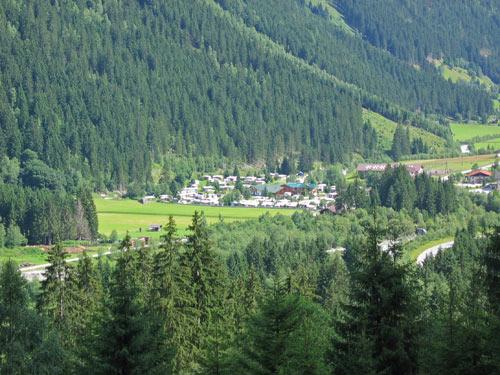in de verte ligt onze camping Edelweiss Volderau