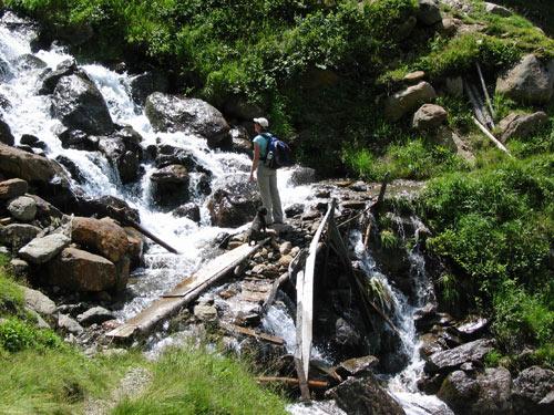 we steken de twee watervallen van de Rotgisse over