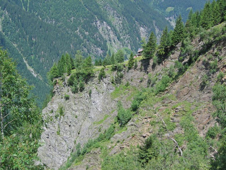 boven de rotswand is de Bacherwandalm Hütte zichtbaar