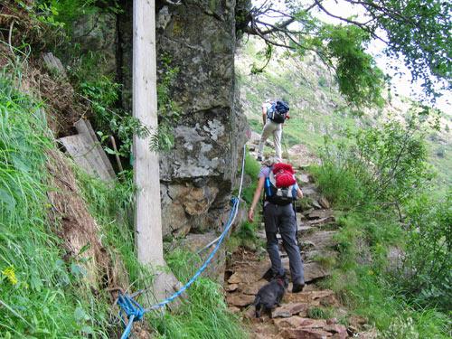 in de steilste delen zijn touwen en kabels bevestigd