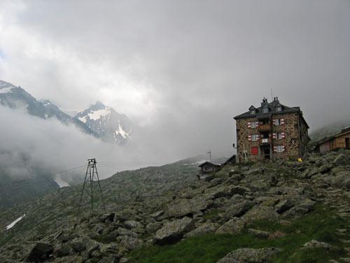 nog een laatste blik op de Nürnbergerhütte en dan verdwijnt deze in de wolken