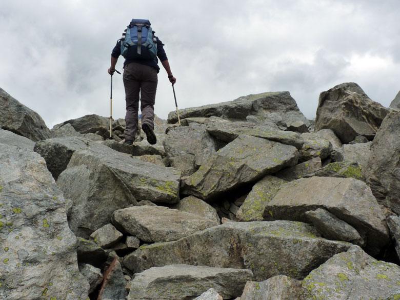 de weg zoeken over rotsblokken