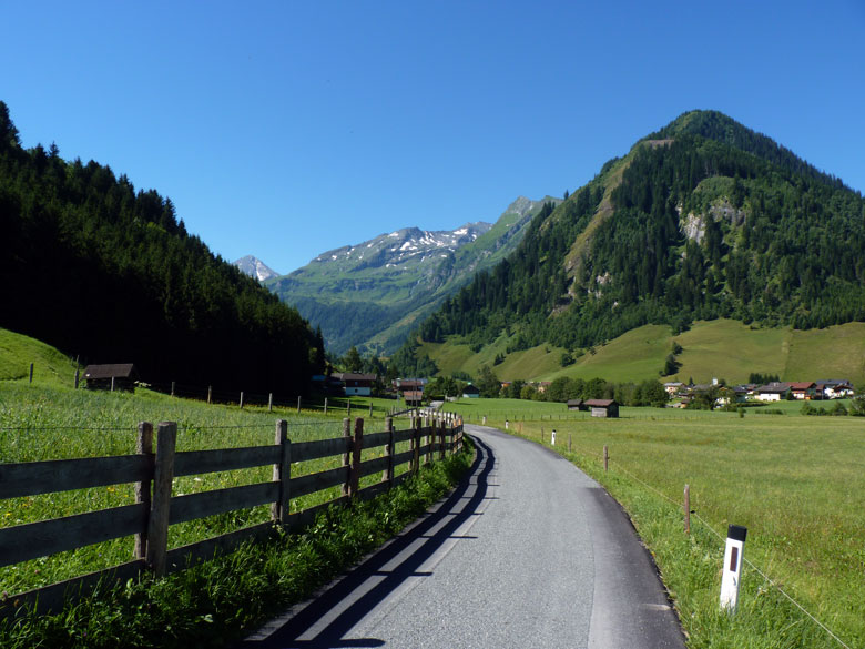 de hoofdweg naar Vorstanddorf
