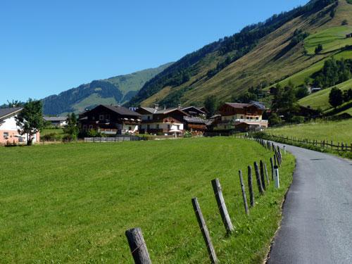 de huizen van Vorstanddorf komen in zicht