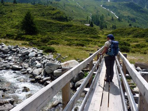 vanaf de brug is de mooie waterval te zien