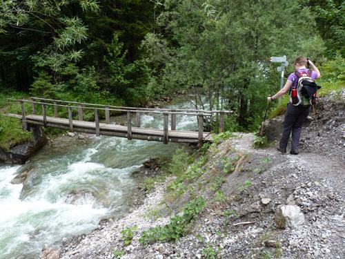 een brug over de Marulbach. Via de brug kan de route worden ingekort