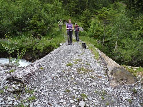 via een primitieve brug steken we de Faludrigabach over