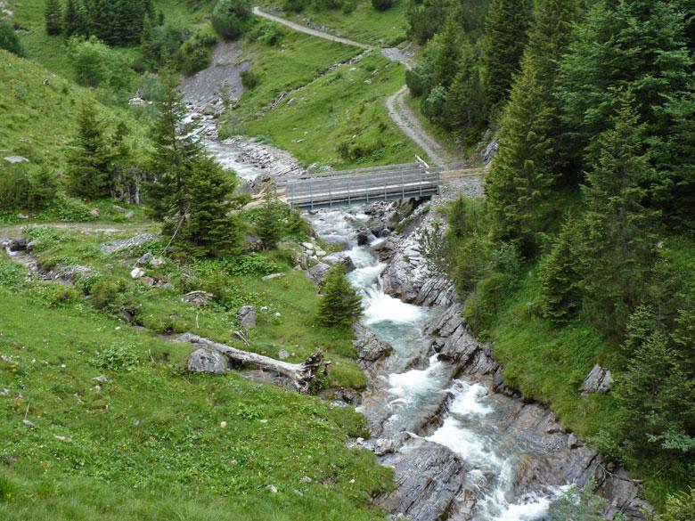 De Gadenalpe en brug over de Matonabach, daarna moet er weer worden geklommen