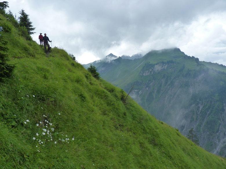 bij het zien van het diepe dal met steile hellingen vragen we ons af hoe we daar omlaag moeten komen