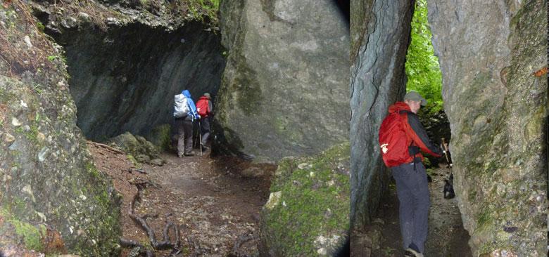 tussen de enorme rotsblokken begint de kloofwandeling