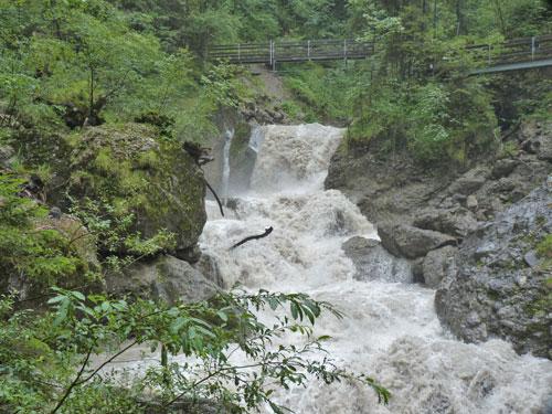 na langdurige regenval kolkt het water door de kloof