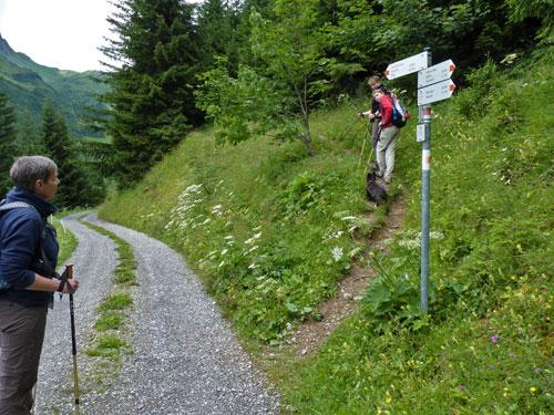 er volgt een smal paadje door dicht bos terug naar Faschina