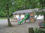 kleine speeltuin voor oud sanitairgebouw