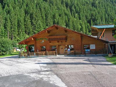 De receptie en het restaurant gebouw