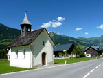 kapel bij de camping aan de weg door Raggal Plazera